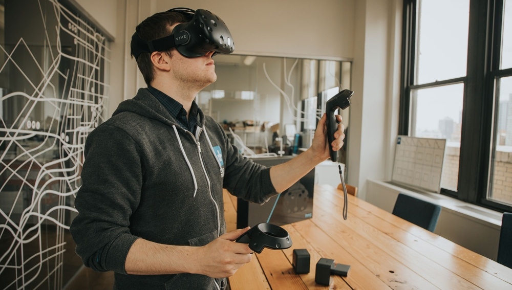 Гарнитура виртуальной реальности HTC Vive упала вцене