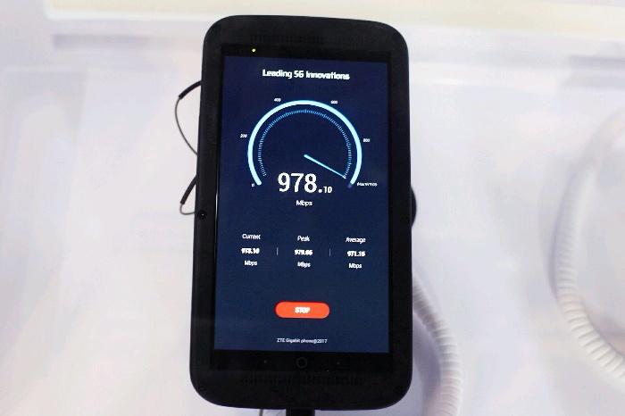 ZTE анонсировала смартфон, который может передавать данные соскоростью до1 Гб/с