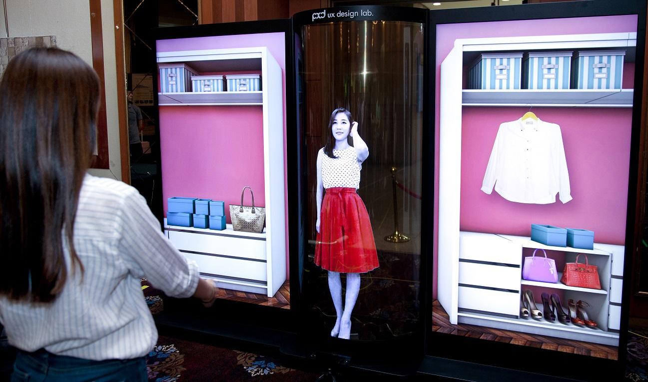 LGпоказала гибкий OLED-экран вышиной вчеловеческий рост