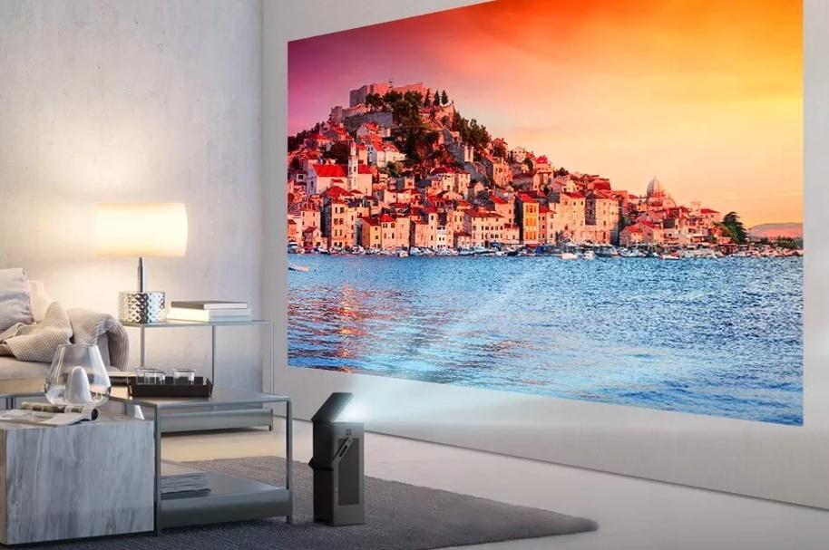 Небольшой проектор превращает стену в150-дюймовый дисплей