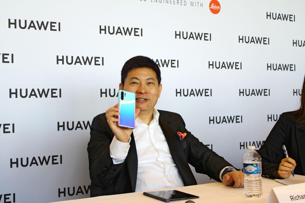 Начальник Huawei путешествует сгибким телефоном Mate X